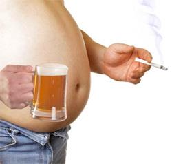 пузатый мужчина с бокалом пива и сигаретой