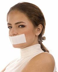 у женщины заклеен рот платырем