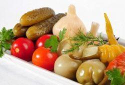 солёные огурцы, помидоры, перец, чеснок