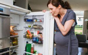 беременная женщина открыла холодильник