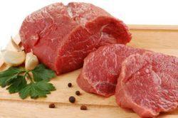 сырое мясо на разделочном столе