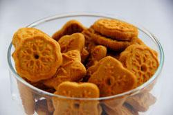 печенье в стеклянной вазочке