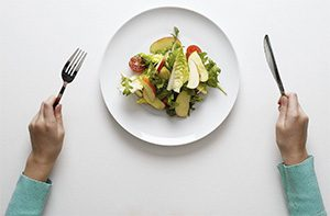 маленькая порция еды на тарелке