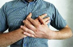 мужчина держится руками за грудь