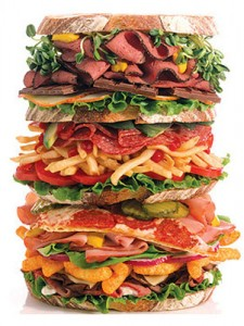 большой гамбургер набитый вредными продуктами