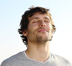 Мужчина с ГЭРБ занимается дыхательной гимнастикой