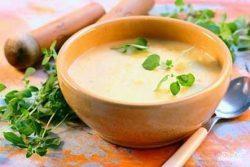 суп-пюре в тарелке с зеленью