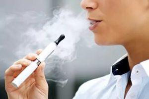 женщина курит электронную сигарету