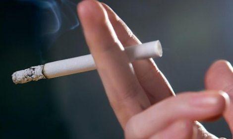 сигарета, дымящаяся в руке