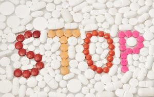 таблетки выложены в форме слова stop